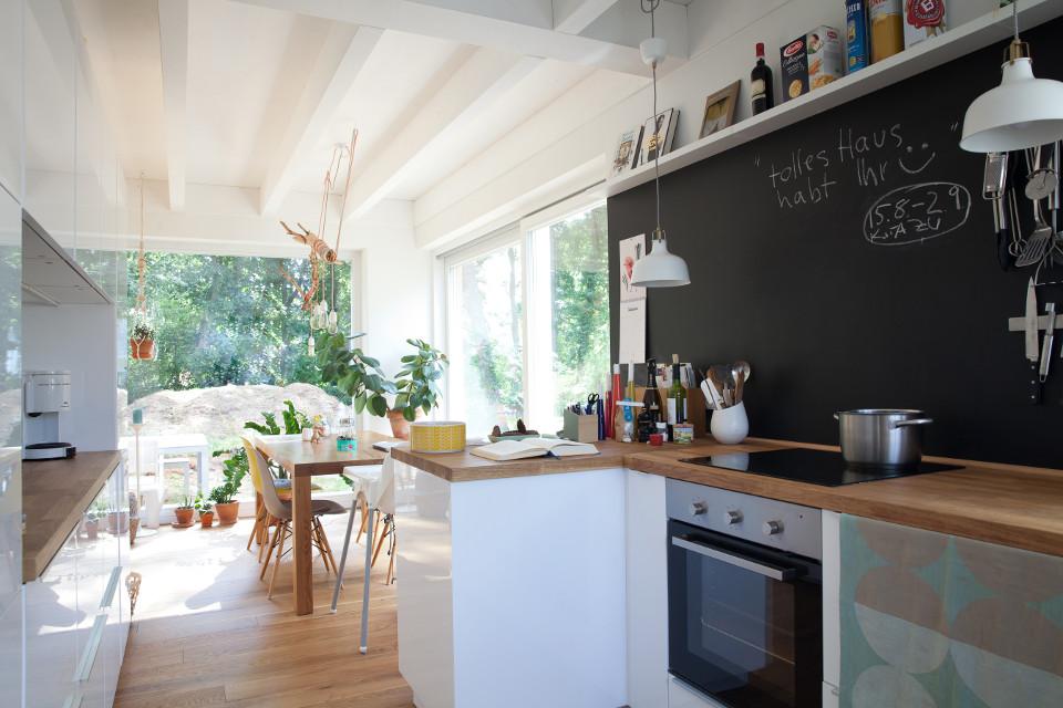 Innenansicht Küche, große Fenster