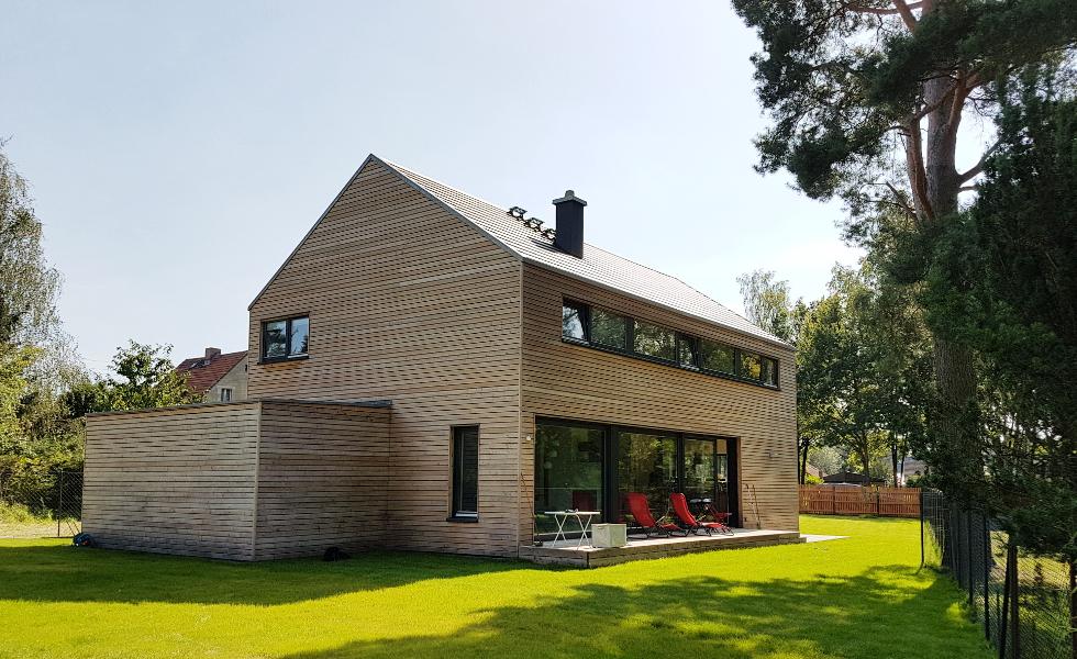 Holzhaus mit Garage und kleiner Terrasse
