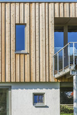 Nahaufnahme Steinunterbau, Holzfassade