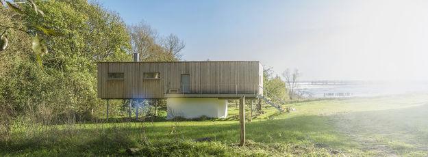 Holzhaus bei Sonnentag, Lichtreflexion