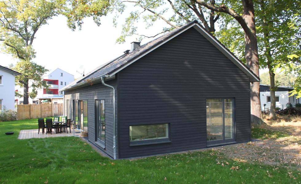schwarzes Holzhaus, Eingangstür