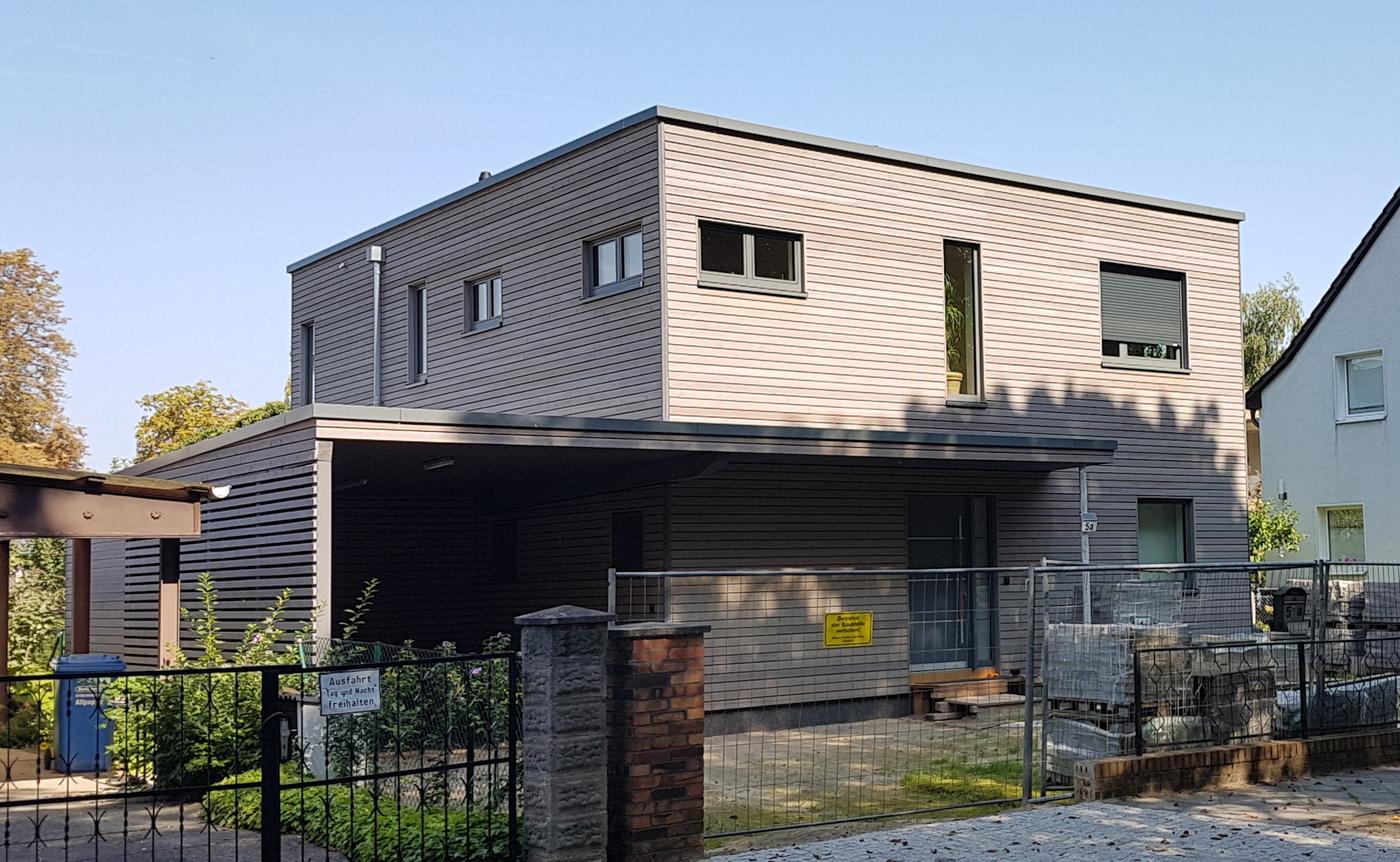 Haus front mit großem Garagenvorstand, modern