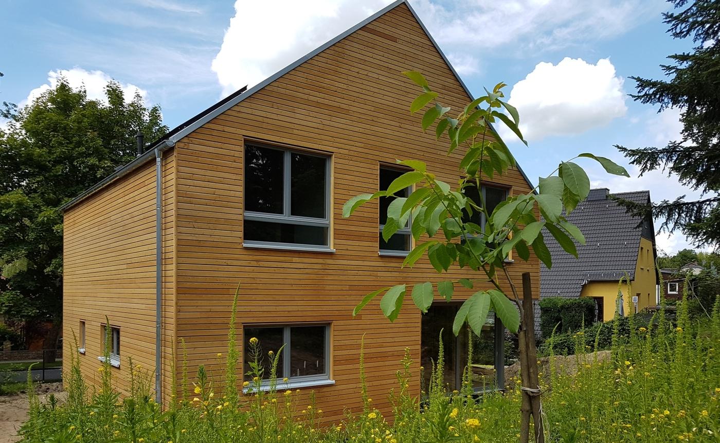 Haus Rückansicht von erhabener Gartenwiese aus