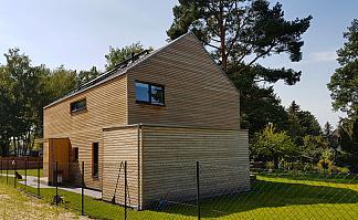 Holzhaus gerader Abschluss zu Dach, kleiner Holzanbau