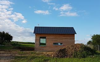 Ferienhaus im Bau, schwarzes Dach