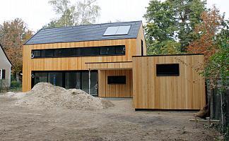 Haus mit Anbau und Vorstand, Erdhaufen von Bauarbeiten