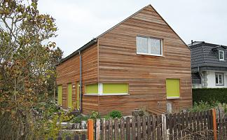 Hausfront vom Gartenzaun