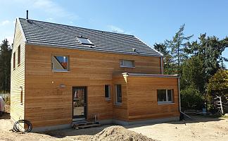 Holzhaus mit kleinem Anbau