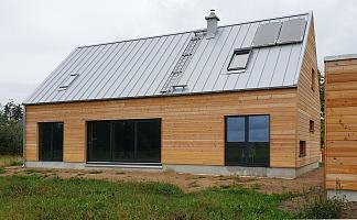 Holzhaus Rückansicht, große Fensterfront