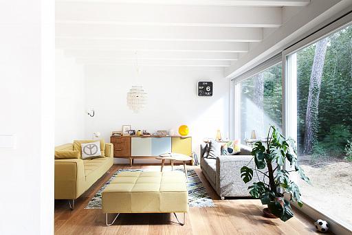 Interieur eines Wohnzimmers, große Fensterfront