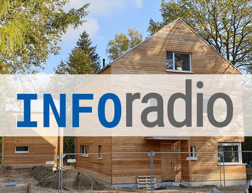 Ein Holzhaus im Bau, in großen Lettern darüber: inforadio