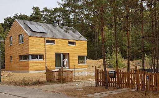 Holzhaus von der Straße aus