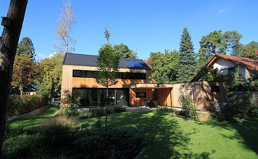 Haus bei Sonnenschein, Blick vom hinteren Garten