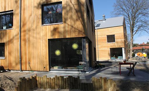Holzhäuser in Reihe, Glasfronten